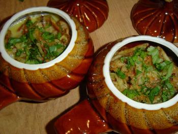 Мясо с овощами в горшочках.